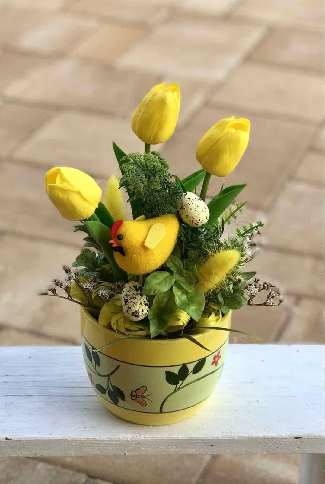 Žlutý květináč