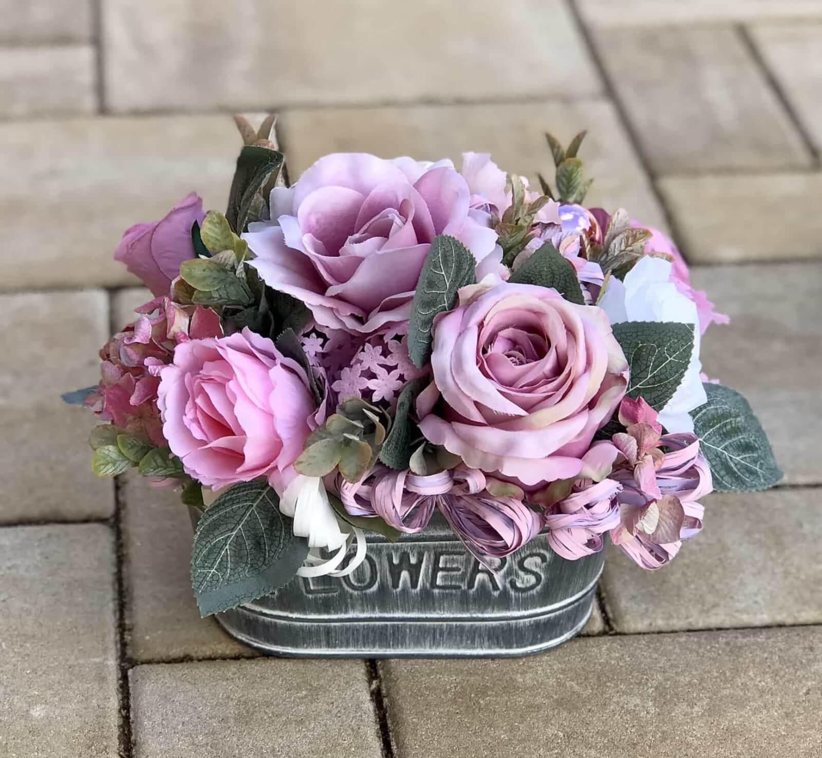 Květináč v růžové barvě.