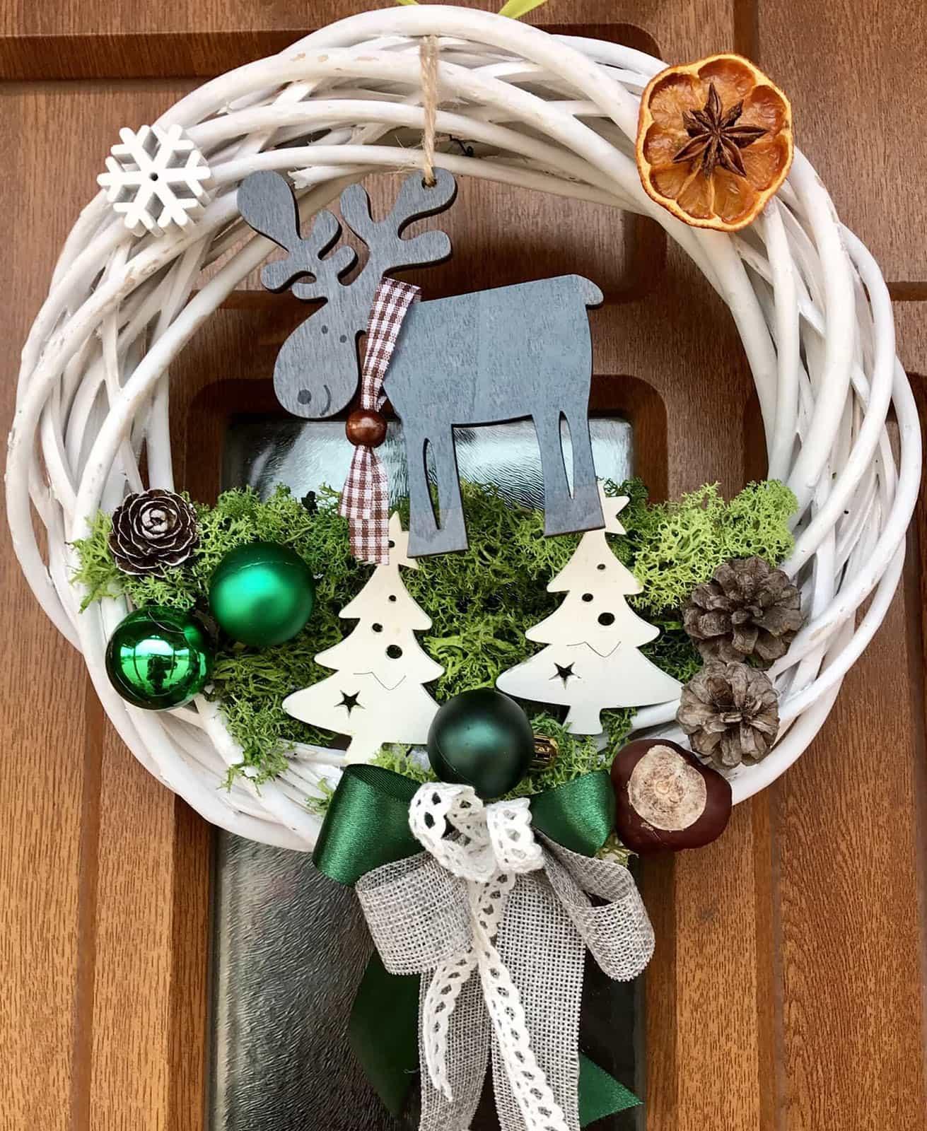 Vánoční věnec Sobík v lese